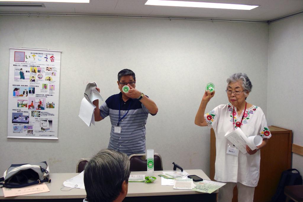 緊急時の支援情報キットの説明をする山下晃司さんと増村幸子代表