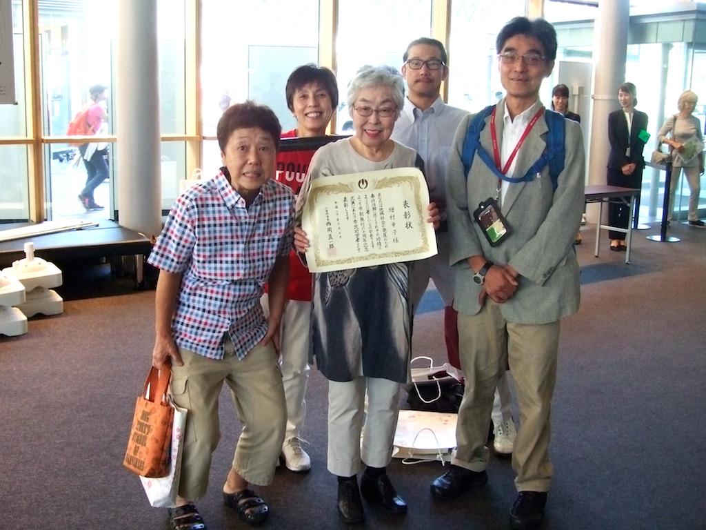 増村代表を囲むいちごえ会のメンバー